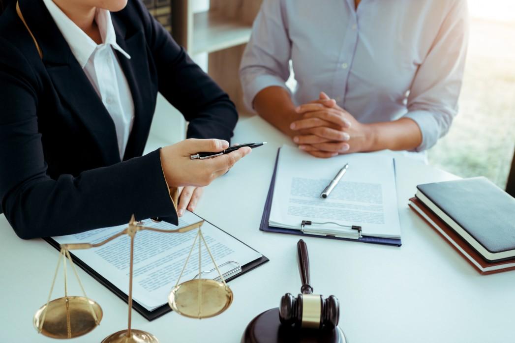 A importância da assessoria jurídica no ramo empresarial - advogada assessorando cliente
