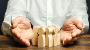 Planejamento sucessório - homem com peças de madeira entre as mãos